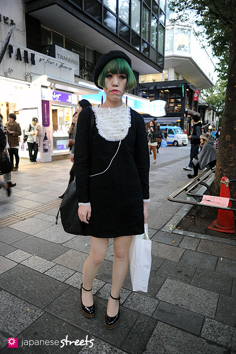 111026-4934:Harajuku-TokyoH&M-LDS-PHYSICAL TEMPO-Vivienne Westwood