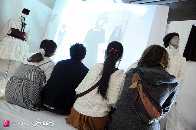 111103-5921: Watching a fashion movie at the Culture Festival of Bunka Fashion College in Tokyo