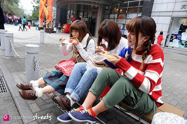 111103-6236: Enjoying food at the Culture Festival at Bunka Fashion College in Tokyo