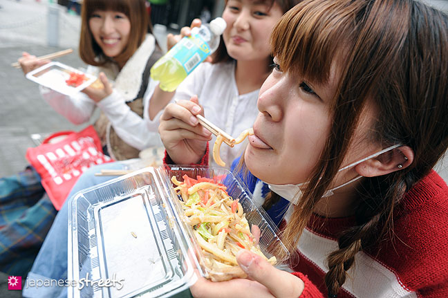 111103-6238: Enjoying food at the Culture Festival at Bunka Fashion College in Tokyo