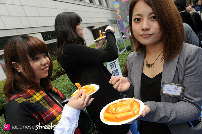 111103-6333: Enjoying food at the Culture Festival at Bunka Fashion College in Tokyo