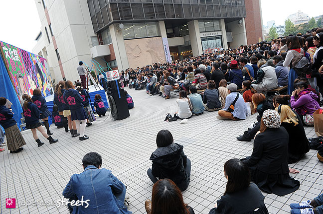 111103-6570: Watching comedians perform at the Culture Festival at Bunka Fashion College in Tokyo
