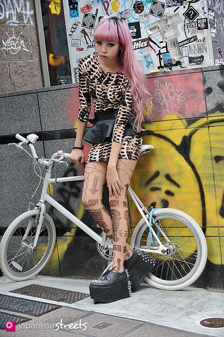 120904-5342 - Japanese street fashion in Harajuku, Tokyo (Boy, TOPSHOP, Snidel, Jeffrey Campbell)