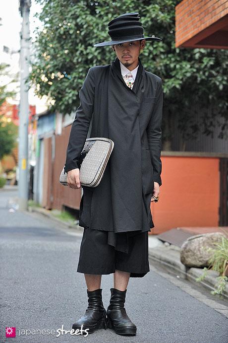 121007-1661 - Japanese street fashion in Harajuku, Tokyo (u.m.t.s., Avan trance, Juun.j, Mawi, Trussardi, Julius)