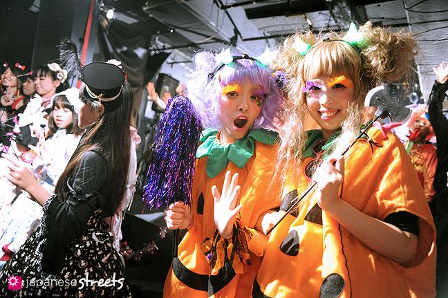 111030-5498: Halloween party at Tokyo's Shibuya