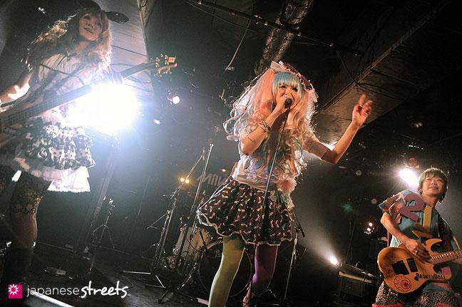 111030-5567: Halloween party at Tokyo's Shibuya