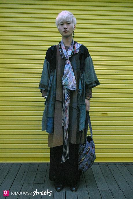111123-7176-AY: Japanese street fashion in Harajuku, Tokyo (Warita)