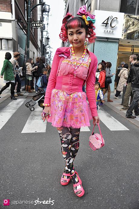 120407-9519: Japanese street fashion in Harajuku, Tokyo (el eu de ra, 6%DOKIDOKI)